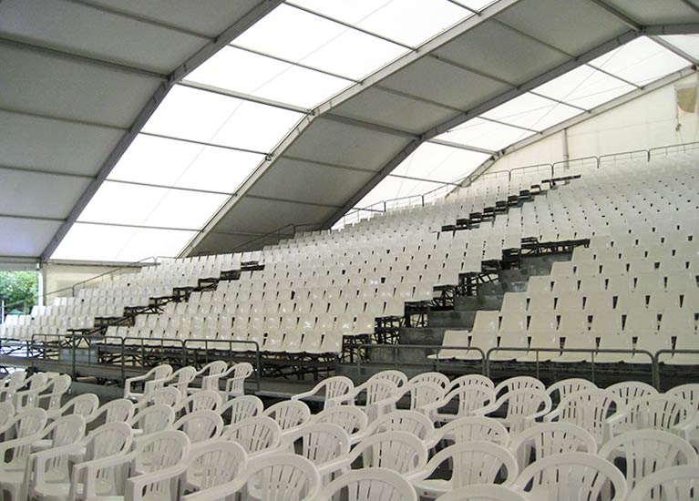 Alquiler e instalación de tribunas en carpas