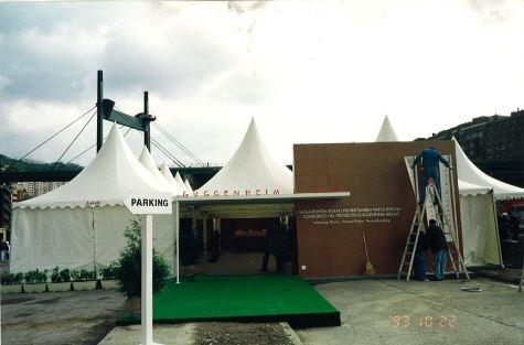 Exterior Carpas Etxekit Primera piedra y presentación proyecto  Museo Guggenheim